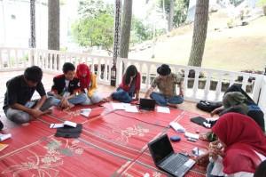 (Foto: Saat mengikuti pelatihan jurnalistik tingkat lanjut nasional di Parapat- Danau Toba; Bersama Andreas Harsono)