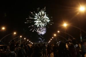 Suasana perayaan pergantian tahun di Jembatan Pante Pirak Banda Aceh, Minggu (1/1) dinihari | Acehkita.com Doc
