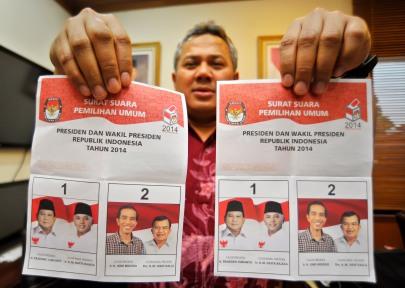 Komisioner KPU Arief Budiman menunjukkan contoh surat suara Pemilihan Umum Presiden 2014 di Kantor KPU, Jakarta, Kamis (5/6).