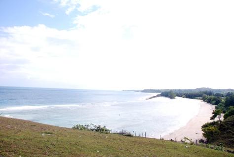 Di atas puncak tebing yang berhadapan dengan pantai pasir putih (Foto: Sukatulis/ Iqbal Perdana)